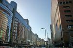 デパート・百貨店が立ち並ぶ中央区天神 (左が三越:右が大丸)